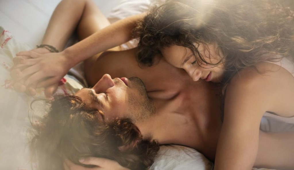 Couple-relaxing-together-in-bed-1140x660